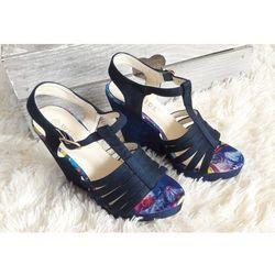 Sandały na błyszczącym koturnie niebieskie