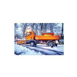 Foto naklejka samoprzylepna 100 x 100 cm - Winterdienst - odśnieżarka piaskarka w akcji