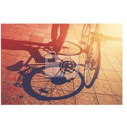 Naklejka Cień na bruk, Człowiek pchanie rowerów