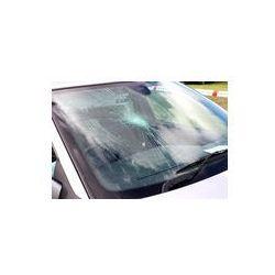 Foto naklejka samoprzylepna 100 x 100 cm - Złamana przednia szyba samochodu na miejscu wypadku.