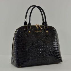 Czarna sztywna lakierowana torebka kuferek