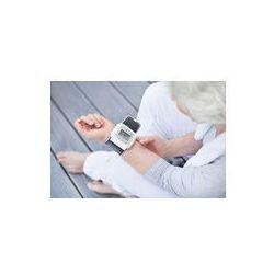 Foto naklejka samoprzylepna 100 x 100 cm - Siwa kobieta mierzy ciśnienie krwi idealny