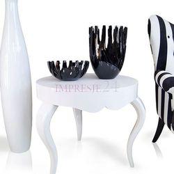 Biały, drewniany stolik na wysoki połysk, blat okrągły, gięte nogi.