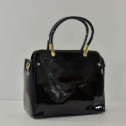 Czarna lakierowana torebka kuferek