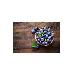 Foto naklejka samoprzylepna 100 x 100 cm - Świeże dojrzałe jagody ogrodowe w misce z wikliny na ciemnym wiejskim drewnianym stole.