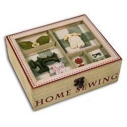 HOME SEWING drewniana niciarka z elementami kratki i czerwonym napisem